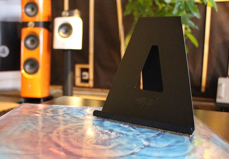Présentoir pour disques vinyles MoFi dans l'Auditorium Hi-Fi Rennes